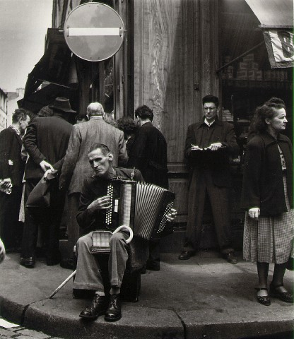 Robert Doisneau - Partie 2 dans Photographie: Grands Photographes doisneau_accordionist